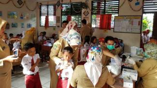 Sebanyak 1,7 juta anak yang berada di wilayah Kota dan Kabupaten Tangerang  Banten, diimunisasi pencegahan difteri secara serentak di 77 puskesmas pada tahun 2017