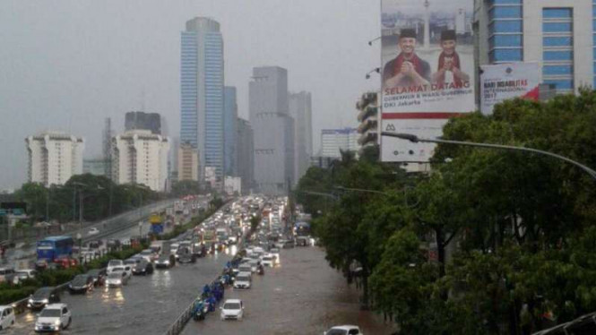 Salah satu ruas jalan di Jakarta yang terendam air usai hujan deras