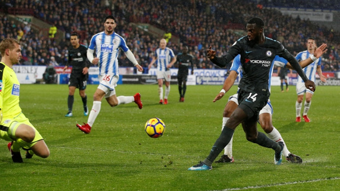 Gelandang Chelsea, Tiemoue Bakayoko, mencetak gol ke gawang Huddersfield