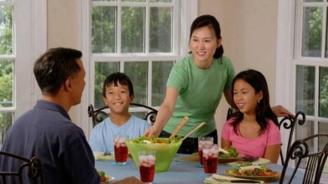 Ilustrasi keluarga makan bersama.