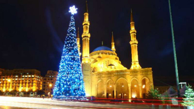Pohon Natal raksasa berdampingan dengan masjid di Beirut, Lebanon.