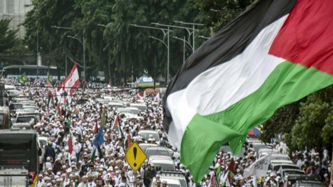 Massa memadati kawasan Monas saat Aksi Bela Palestina di Jakarta