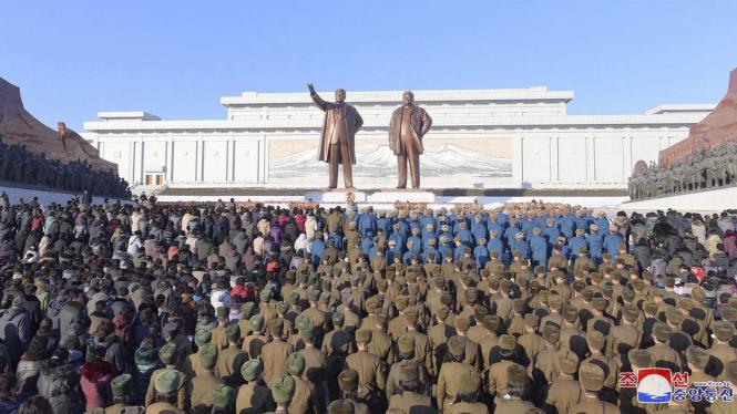 Rakyat Korea Utara Peringati 6 Tahun Kematian Kim Jong Il.