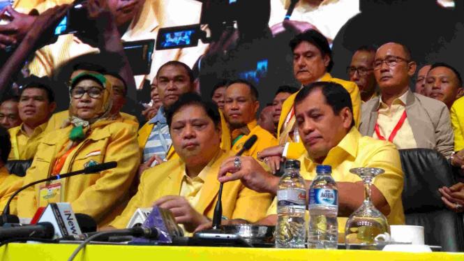 Ketua Umum Golkar Airlangga Hartarto (kiri duduk) dalam Munaslub Golkar.