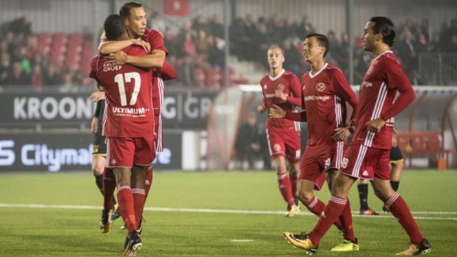 Gaston Salasiwa saat mencetak gol untuk Almere City