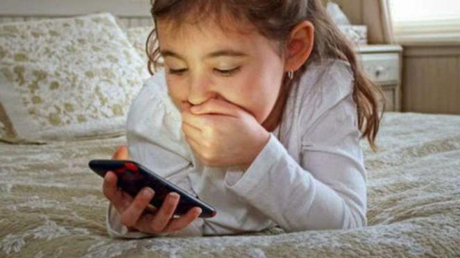 Anak bermain HP atau gadget.