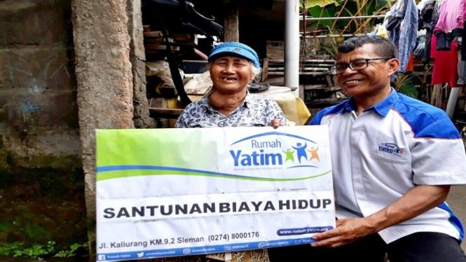 Giyanti, Lansia yang menerima bantuan biaya hidup.