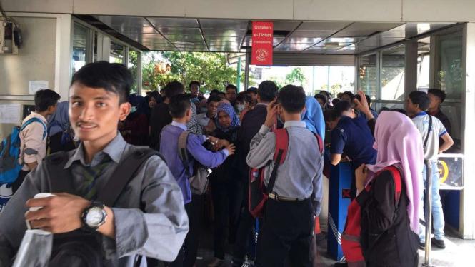 Penumpang bus Transjakarta di Kalideres