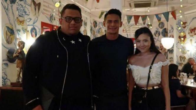 Muhammad Ridhuan (tengah), bersama Presiden Borneo FC, Nabil Husein Said Amin