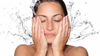 Ilustrasi mencuci muka.