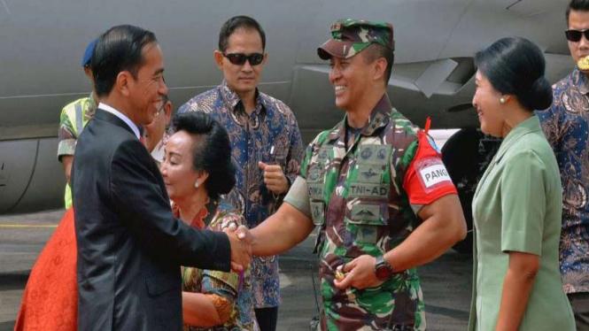 Pangdam Tanjungpura Mayjen Andika Perkasa menyambut Presiden Jokowi di Pontianak