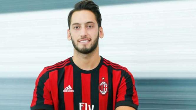 Gelandang AC Milan, Hakan Calhanoglu