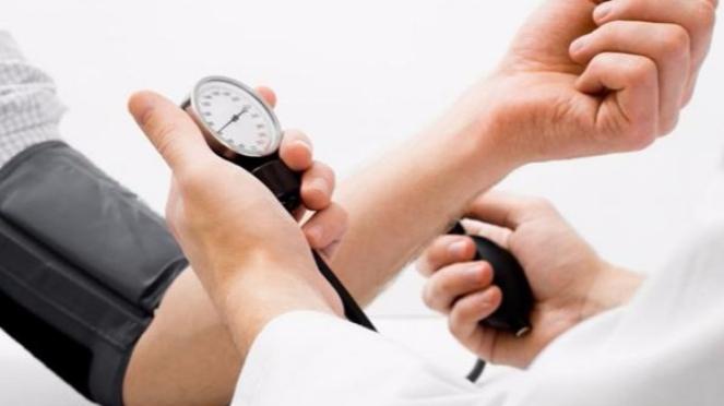 Ilustrasi mengecek tekanan darah.