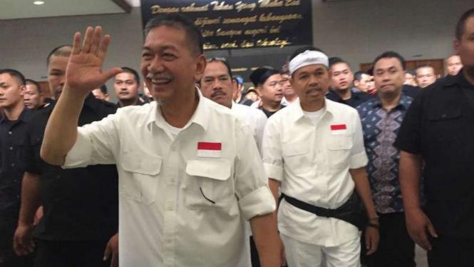 Deddy Mizwar (kiri) dan Dedi Mulyadi saat deklarasi sebagai pasangan calon gubernur dan wakil gubernur Jawa Barat gedung Sasana Budaya Ganesha, Kota Bandung, pada Selasa, 9 Januari 2018.