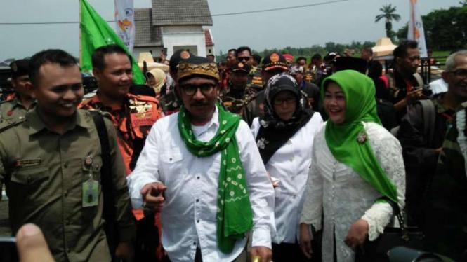 Bupati dan wakil bupati Tegal petahana Enthus Susmono-Umi Azizah di KPU.