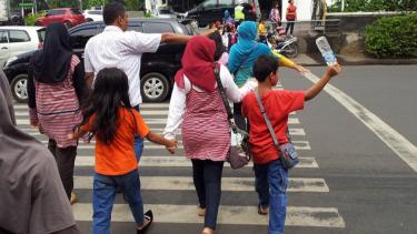 Pedestrian menyeberang jalan di Jakarta.