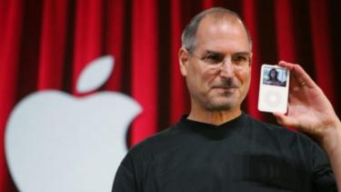 Steve Jobs saat meluncurkan iPod.