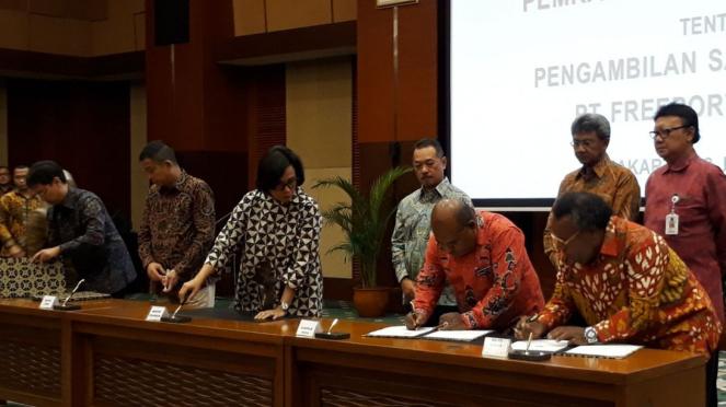 Menteri Keuangan Sri Mulyani saksikan perjanjian pembagian saham Freeport.