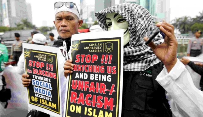 Peserta demonstrasi di kantor Facebook Indonesia memakai topeng Guy Fawkes