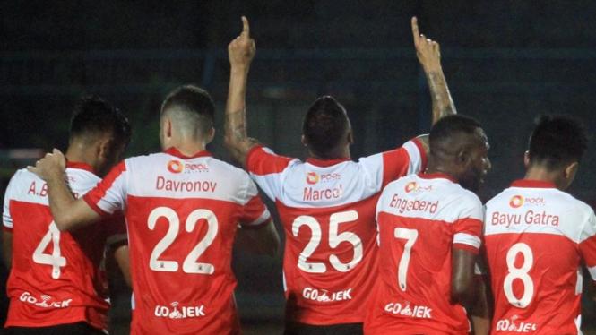 Pemain Madura United melakukan selebrasi gol