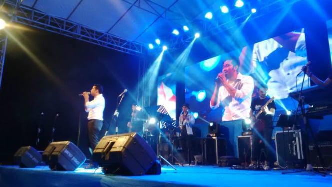 Calon Wakil Gubernur Jawa Timur, Emil Dardak menyanyi