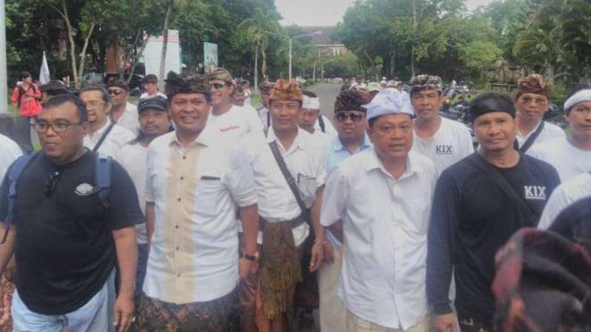 Calon gubernur dan wakil gubernur Bali, Ida Bagus Rai Dharmawijaya Mantra-I Ketut Sudikerta, menghadiri demontrasi menolak reklamasi Teluk Benoa di depan kantor Gubernur pada Sabtu, 13 Januari 2018.