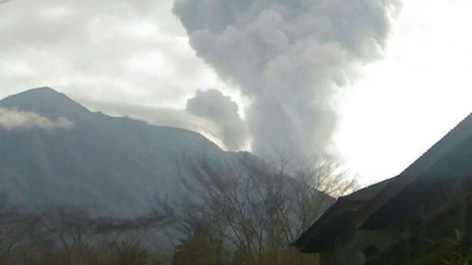Gunung Agung di Kabupaten Karangasem, Bali, dilaporkan erupsi lagi.
