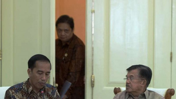 Presiden Joko Widodo dan Wapres Jusuf Kalla serta Menteri Perindustrian Airlangga Hartarto sebelum rapat kabinet beberapa waktu lalu.