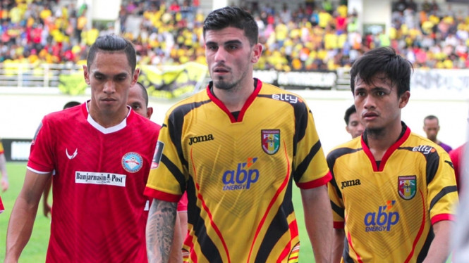 Pemain asing Mitra Kukar, Danny Guthrie (tengah).
