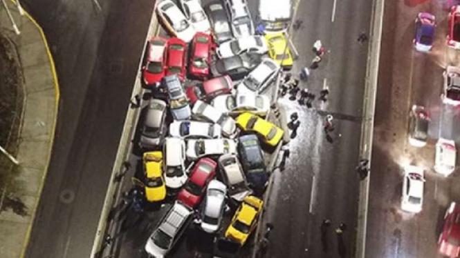 Kondisi kecelakaan beruntun di Meksiko.