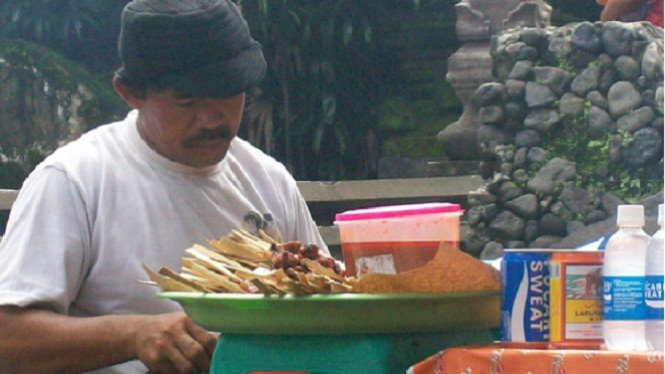 Penjual sate keliling di Depok