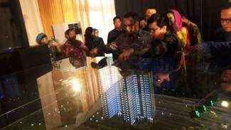 Gubernur DKI Jakarta, Anies Baswedan (tengah), meninjau maket rumah susun program DP nol rupiah.