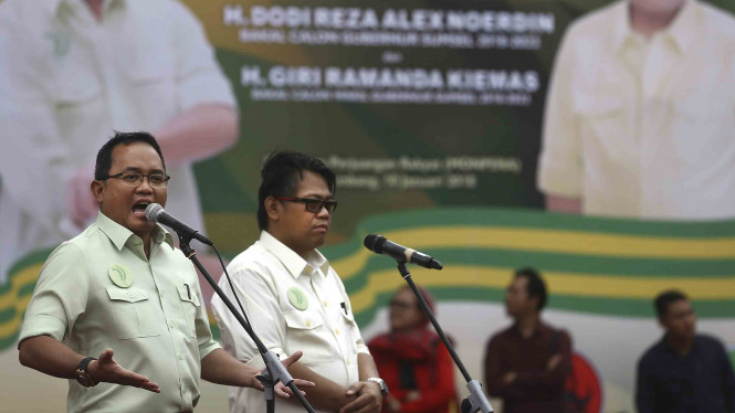 Pasangan bakal calon Gubernur dan Wakil Gubernur Sumsel Dodi Reza Alex Noerdin (kir)-Giri Ramandha Kiemas (kanan) berpidato di hadapan para pendukungnya saat deklarasi di Monumen Perjuangan Rakyat (Monpera) Palembang, Sumatera Selatan.