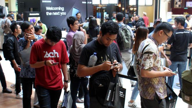 Antrean Konsumen pada Penjualan Perdana Samsung Galaxy A8 dan A8+