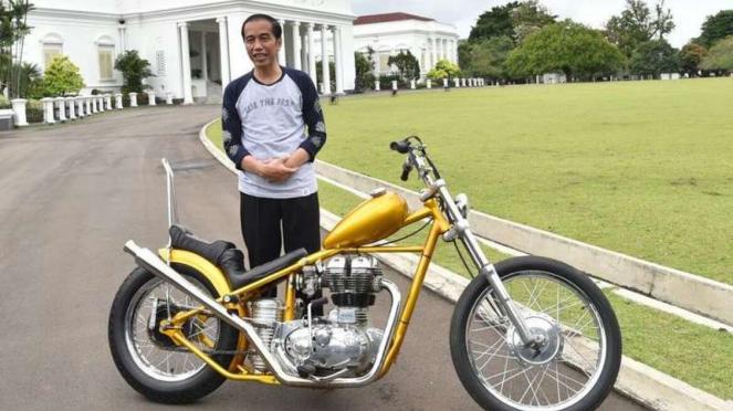 Presiden Jokowi bersama motor chopper yang dibelinya.