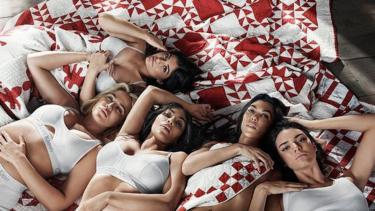 https://thumb.viva.co.id/media/frontend/thumbs3/2018/01/23/5a66ac1b75ced-wanita-kardashian-jenner-di-iklan-calvin-klein_375_211.jpg