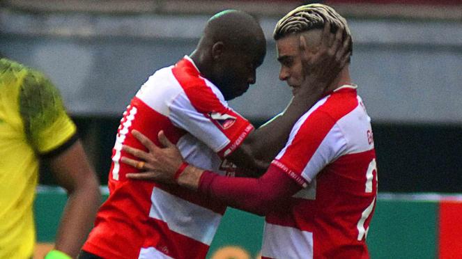 Mantan Pemain Madura United, Cristian Gonzales (kanan).