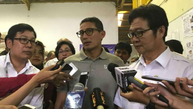 Wakil Gubernur DKI, Sandiaga Uno (tengah)