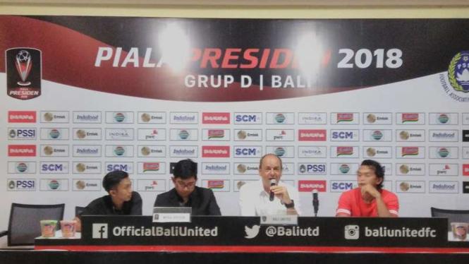 Pelatih Bali United di Piala Presiden 2018, Hans Pieter (tengah)
