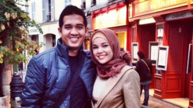 Dewi Sandra bersama suaminya, Agus Rahman