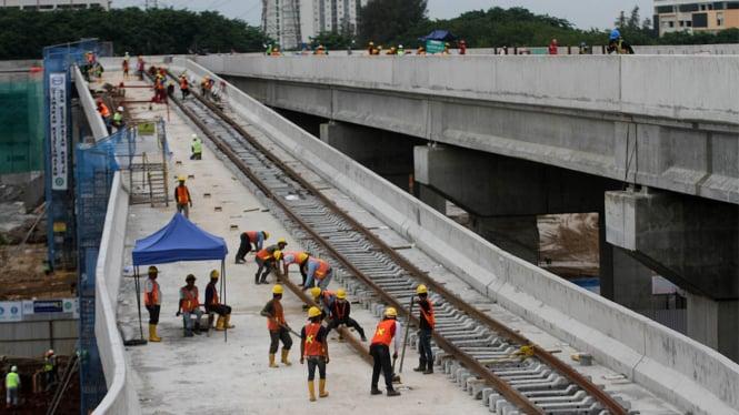 Proses Pemasangan Rel Proyek LRT Kelapa Gading-Velodrome