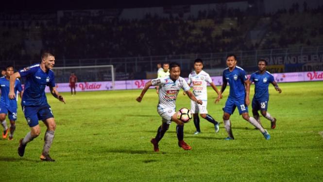 Kapten Arema FC, Dendi Santoso (tengah)