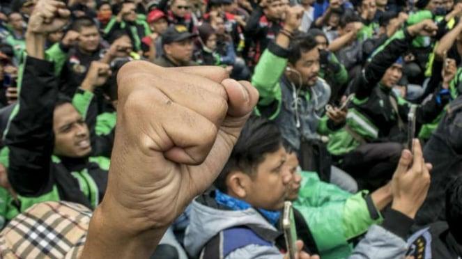 Unjuk rasa pengemudi angkutan online di Depan Gedung Sate Bandung, Jawa Barat.
