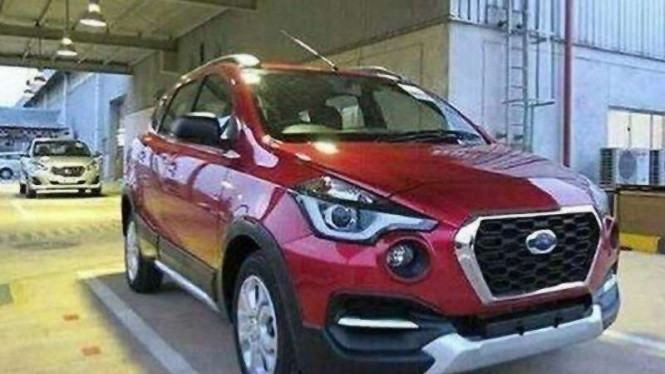 Datsun GO baru (di belakang Datsun Cross warna merah)