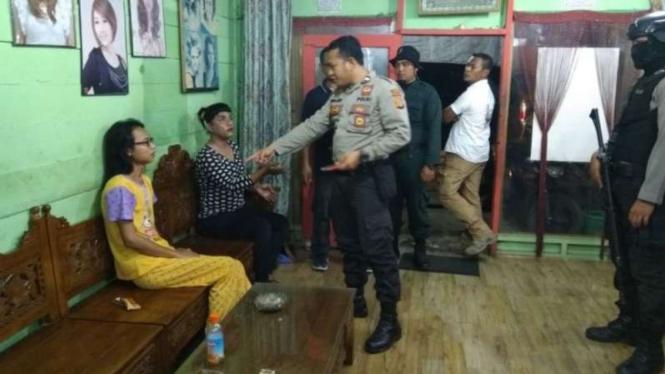 Personel kepolisian di Aceh Utara memeriksa dan menangkap belasan waria di daerah itu dalam operasi Pekat, Sabtu malam (27/1/2018)