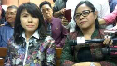 Adik sekaligus kuasa hukum Ahok, Fifi Lety Tjahaja Purnama (kiri) dan Josefina Agatha