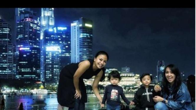 Tantri dan Chua Kotak bersama anak-anaknya