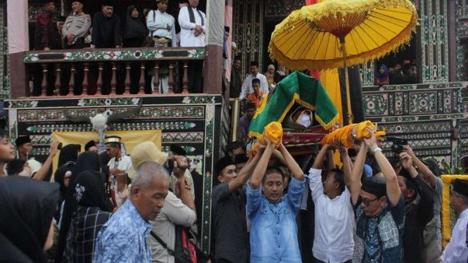 Jenazah Raja Pagaruyung di tandu menuju pemakaman