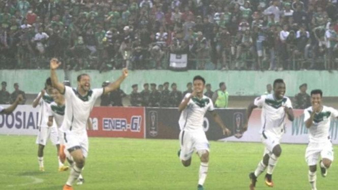 Pemain PSMS merayakan kemenangan atas Persebaya di 8 besar Piala Presiden  2018. 5392e37dcc