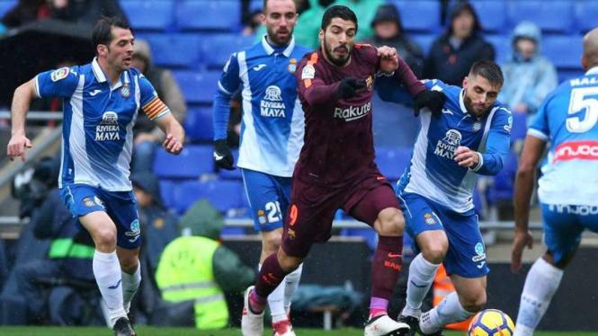 Pemain Barcelona, Luis Suarez, dikepung para pemain Espanyol.